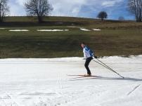 langlaufen mit den Geschwistern auf dem letzten Schnee in der Heimat